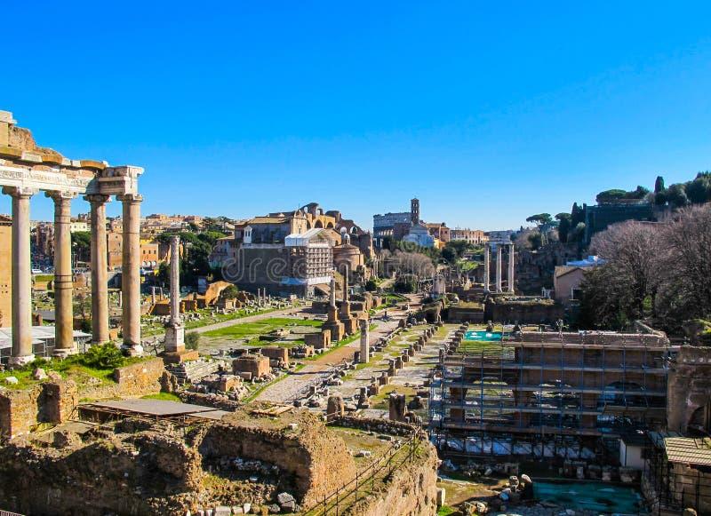 Fördärvar av den forntida Roman Forum i Rome Italien i vintern 2012 royaltyfria foton