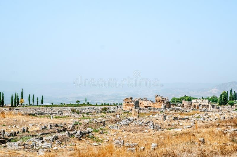 Fördärvar av den forntida staden av Hierapolis, Pamukkale royaltyfri fotografi