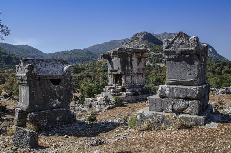 Fördärvar av den forntida staden av Sidima, Turkiet, tre Lycian gravvalv royaltyfri bild