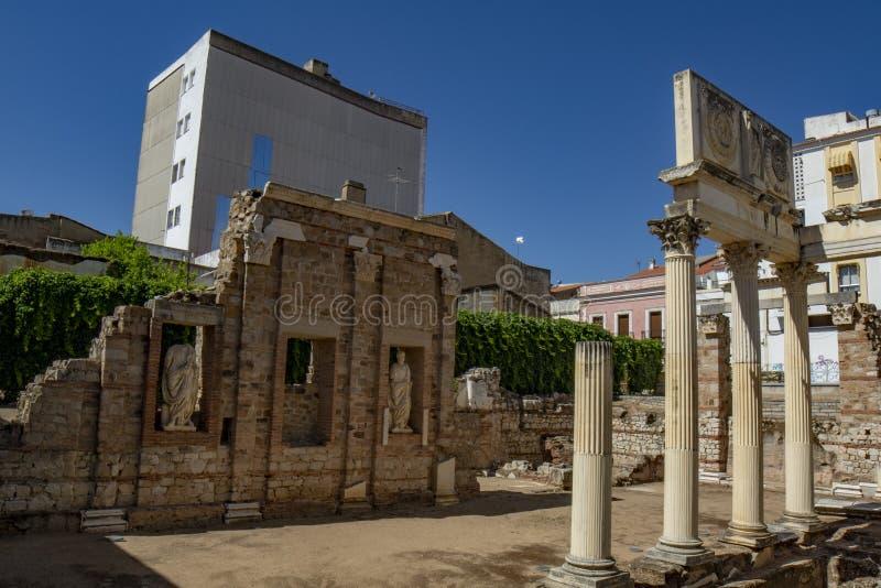 Fördärvar av den gamla Augusta Emerita Municipal Forum av Merida arkivbild