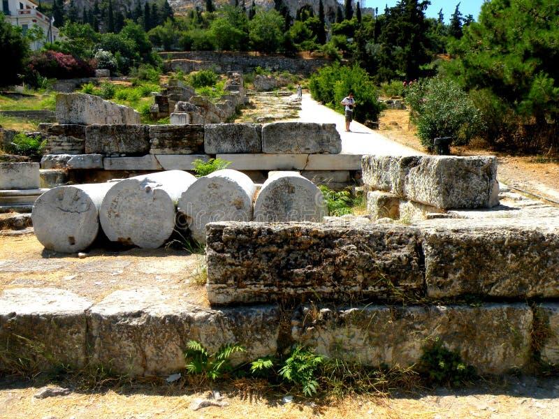 Fördärvar av den gamla thearteren nära akropolen av Aten, Grekland royaltyfri foto