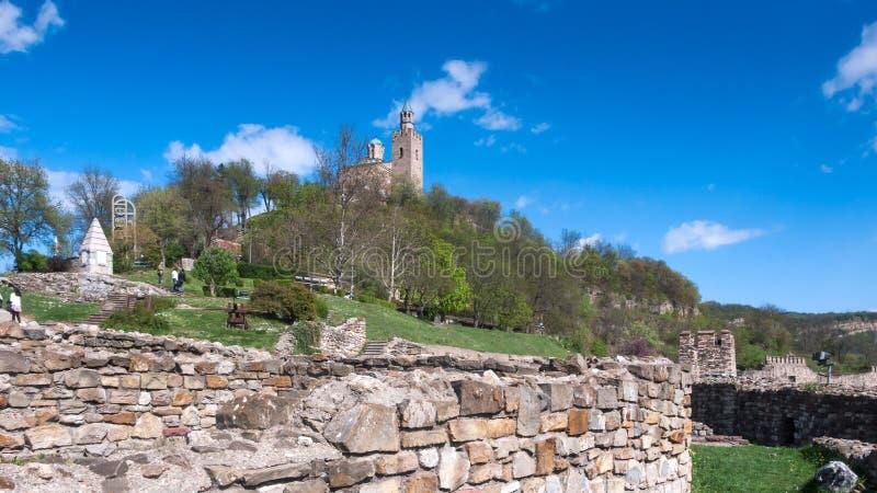 Fördärvar av den medeltida fästningen Tsarevets - huvudstad av andra bulgariska välde fotografering för bildbyråer
