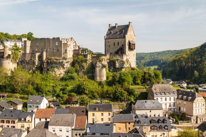 Fördärvar av den medeltida Larochette slotten royaltyfri foto