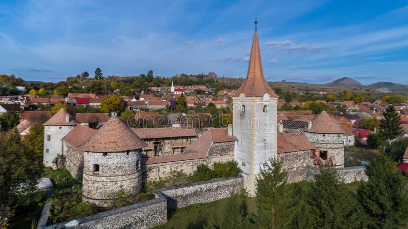 Fördärvar av den medeltida slotten Bethlen, Racos- Rumänien arkivfoton