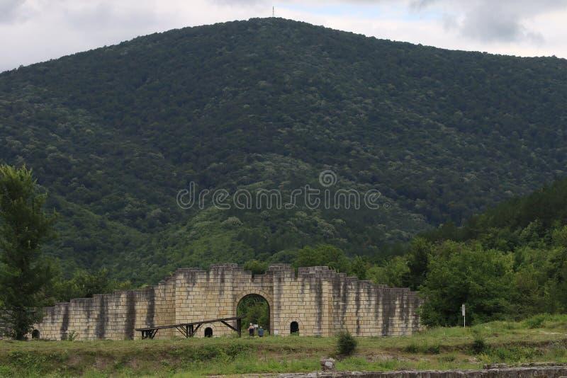Fördärvar av den medeltida staden av huvudstaden av den första bulgariska välden stora Preslav royaltyfria bilder
