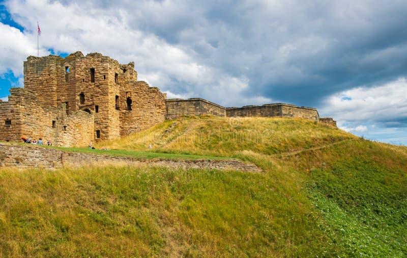 Fördärvar av den medeltida Tynemouth priorskloster och slotten, en populär kraft royaltyfria foton