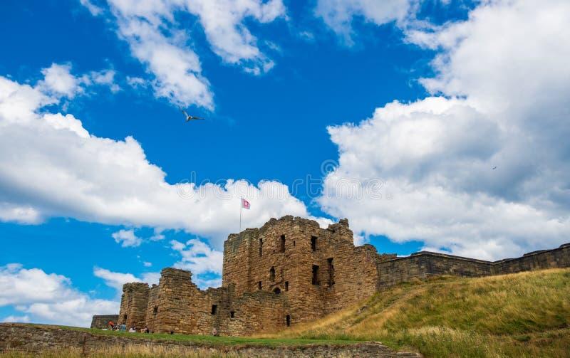 Fördärvar av den medeltida Tynemouth priorskloster och slotten, en populär kraft fotografering för bildbyråer