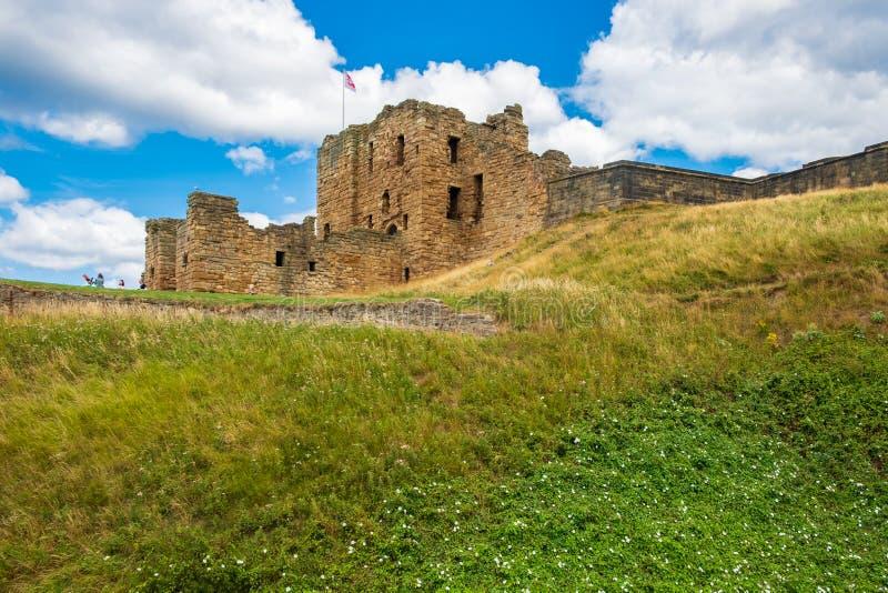 Fördärvar av den medeltida Tynemouth priorskloster och slotten, en populär kraft arkivbild