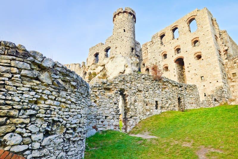 Fördärvar av den Ogrodzieniec slotten i Polen royaltyfria bilder
