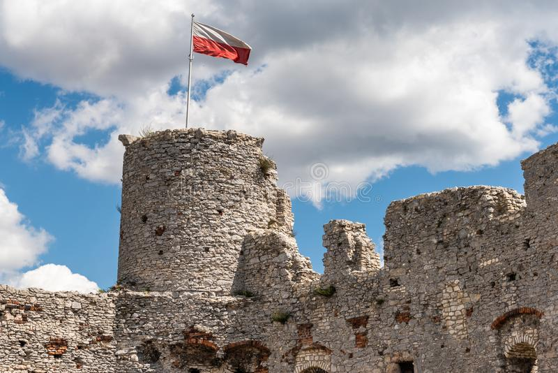 Fördärvar av den Ogrodzieniec slotten arkivbild