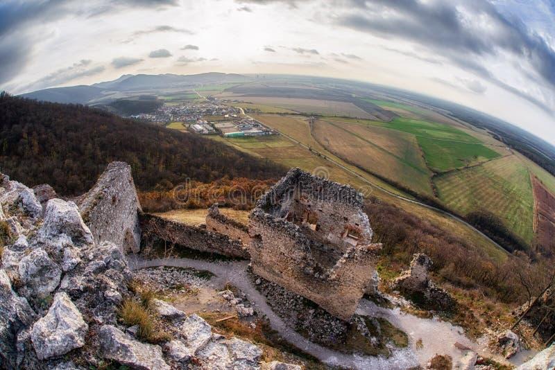 Fördärvar av den Plavecky slotten, Slovakien royaltyfri bild