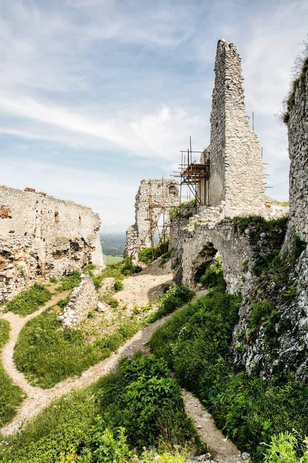 Fördärvar av den Plavecky slotten, Slovakien, kulturarv royaltyfri foto