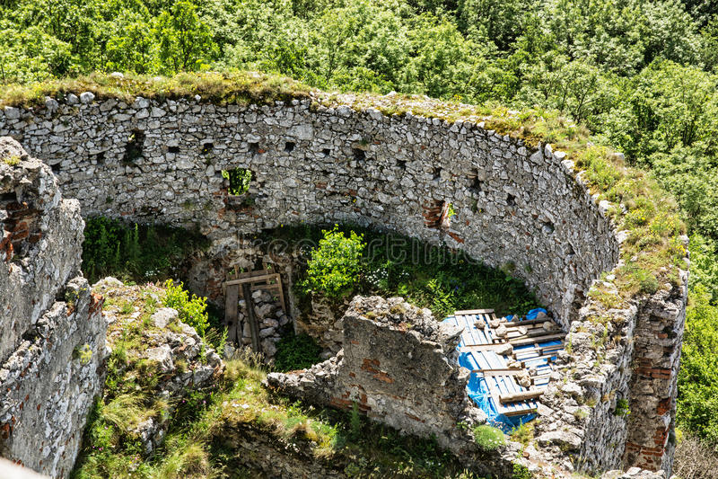 Fördärvar av den Plavecky slotten, Slovakien, loppdestination royaltyfria foton