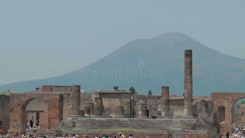 Fördärvar av den Pompeii, whitVesuvius vulkan royaltyfri foto