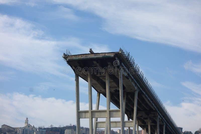 Fördärvar av den Ponte Morandi bron i Genua arkivfoto