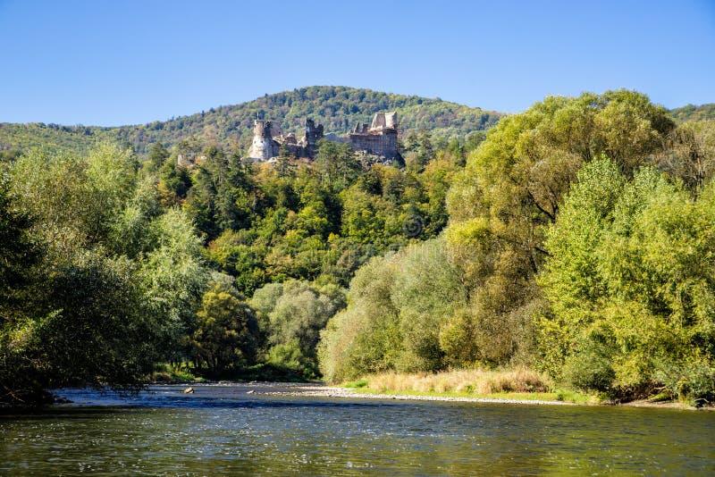 Fördärvar av den Reviste slotten över den Hron floden, Slovakien fotografering för bildbyråer