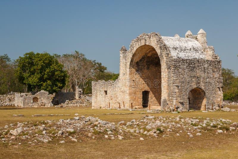 Fördärvar av den spanska katolska kyrkan i den forntida Mayan staden royaltyfri fotografi