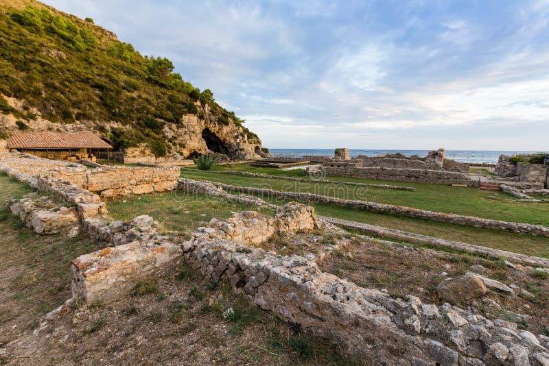 Fördärvar av den Tiberius villan i Sperlonga, Lazio, Italien royaltyfria bilder