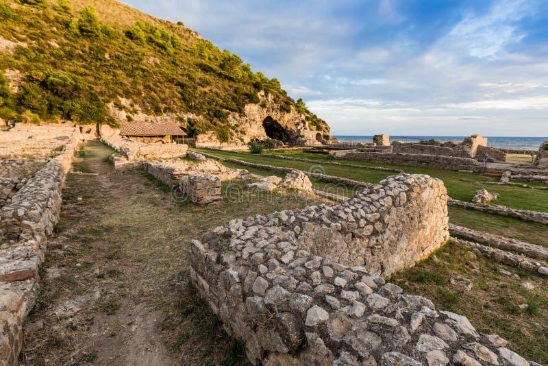 Fördärvar av den Tiberius villan i Sperlonga, Lazio, Italien royaltyfri foto