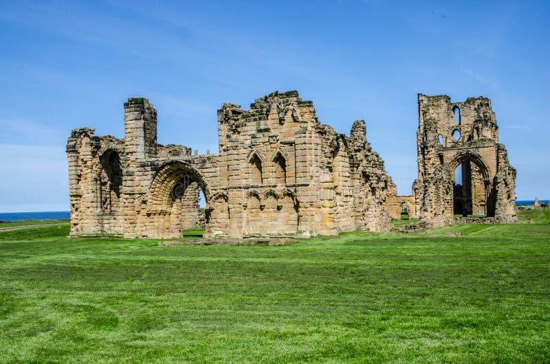Fördärvar av den Tynemouth priorskloster och slotten arkivfoton