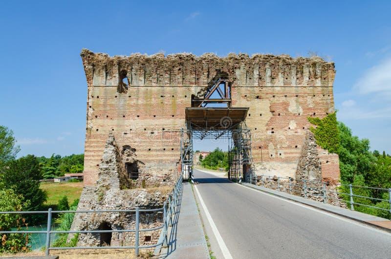 Fördärvar av den Visconti bron av Valeggio sul Mincio på Borghetto arkivfoton