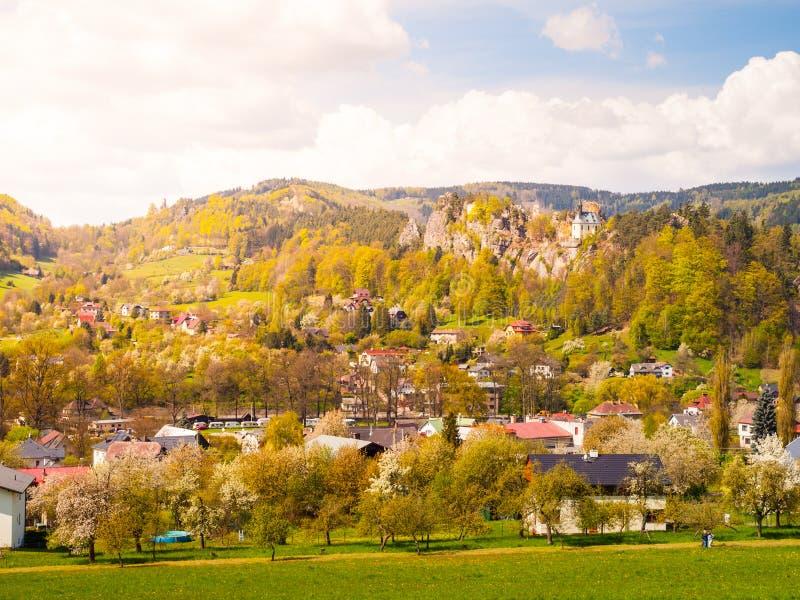 Fördärvar av den Vranov slotten med litet vaggar kapellet i Mala Skala fotografering för bildbyråer
