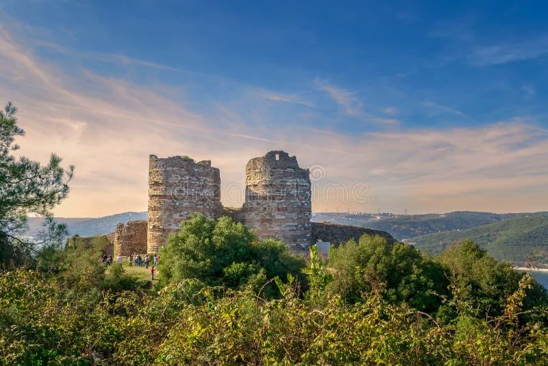 Fördärvar av den Yoros slotten Yoros Kalesi, också bekant som den Genoese slotten, Anadolu Kavagi, Istanbul, Turkiet fotografering för bildbyråer