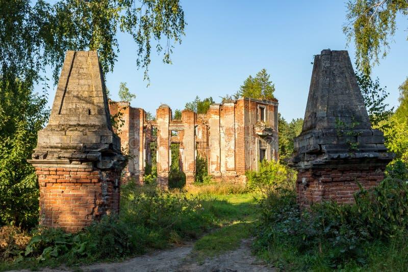 Fördärvar av en övergiven bondgård på slutet av det 18th århundradet royaltyfria foton