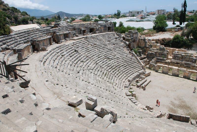 Fördärvar av en amfiteater av en forntida stad i Turkiet nära Antalya royaltyfria bilder