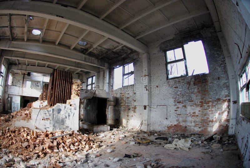Fördärvar av en bombarderad-ut industribyggnad royaltyfria foton