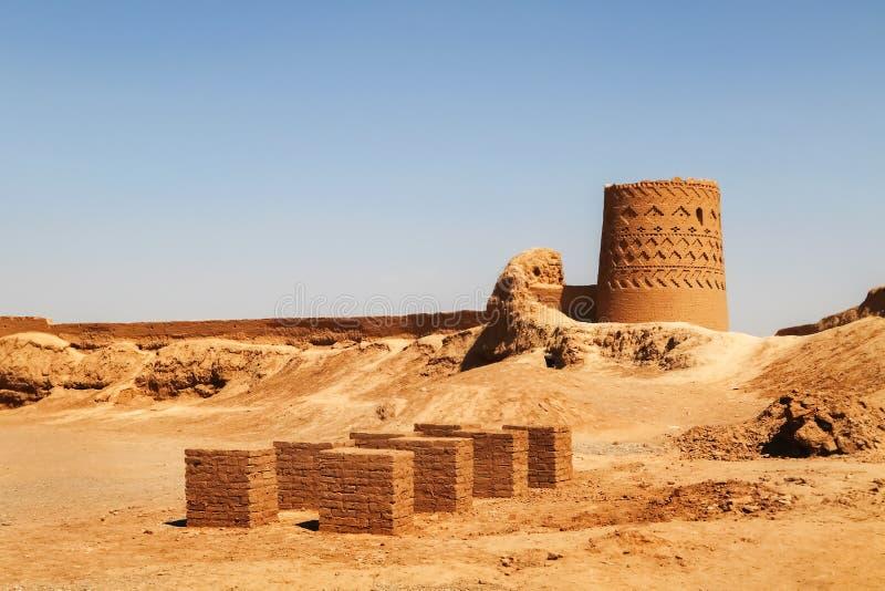 Fördärvar av en fästning i forntida Meybod iran persia royaltyfri fotografi