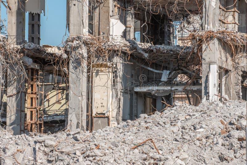 Fördärvar av en förstörd byggnad, högar av metallförstärkningbetong arkivfoto