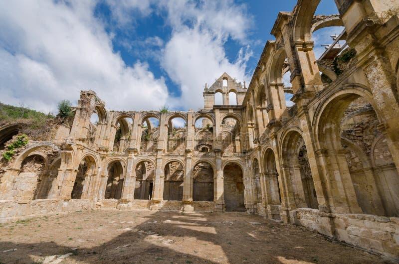 Fördärvar av en forntida övergiven kloster i Santa Maria de rioseco, Burgos, Spanien arkivbild