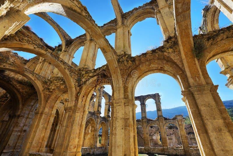 Fördärvar av en forntida övergiven kloster i Santa Maria de rioseco, Spanien royaltyfri foto