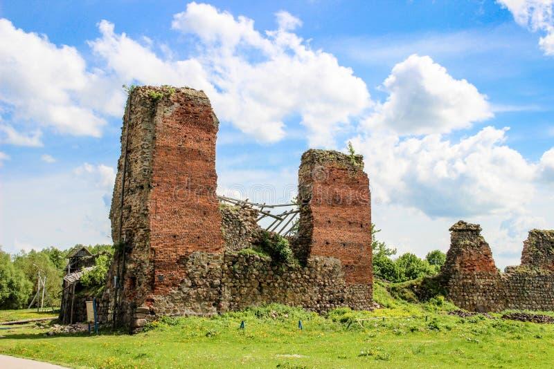 Fördärvar av en forntida fästning, slott i Krevo, Vitryssland fotografering för bildbyråer