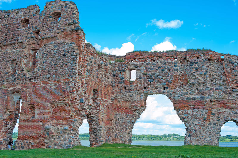Fördärvar av en gammal slott Ludza med sjön arkivbilder