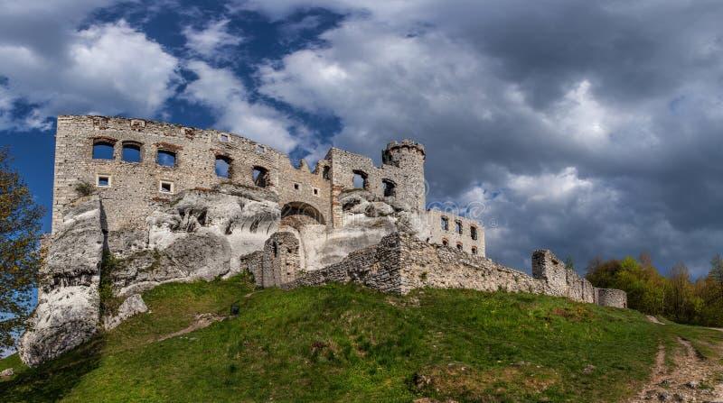 Fördärvar av en medeltida slott royaltyfria foton