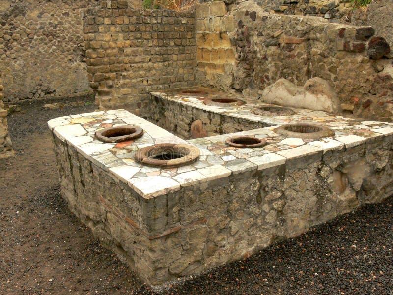 Fördärvar av en offentlig stång i Herculaneum, Italien arkivbild