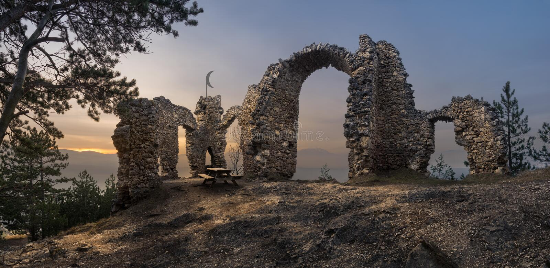 Fördärvar av en slott med berg i bakgrund royaltyfri fotografi