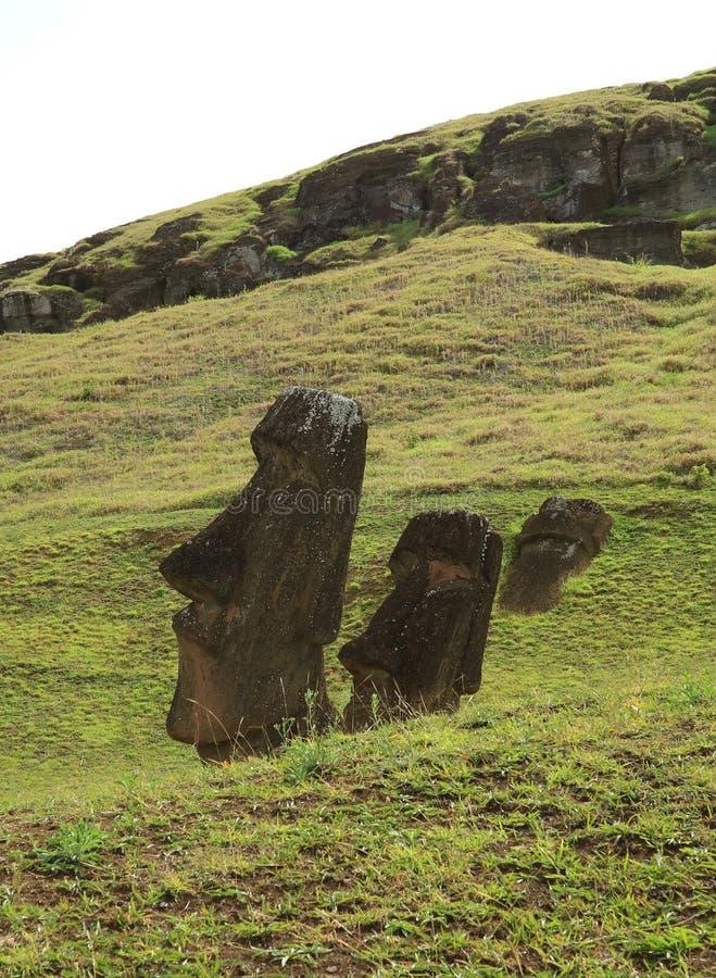 Fördärvar av enorma Moai på lutningen av den Rano Raraku vulkan, den Rapa Nui nationalparken på påskön, Chile royaltyfri fotografi
