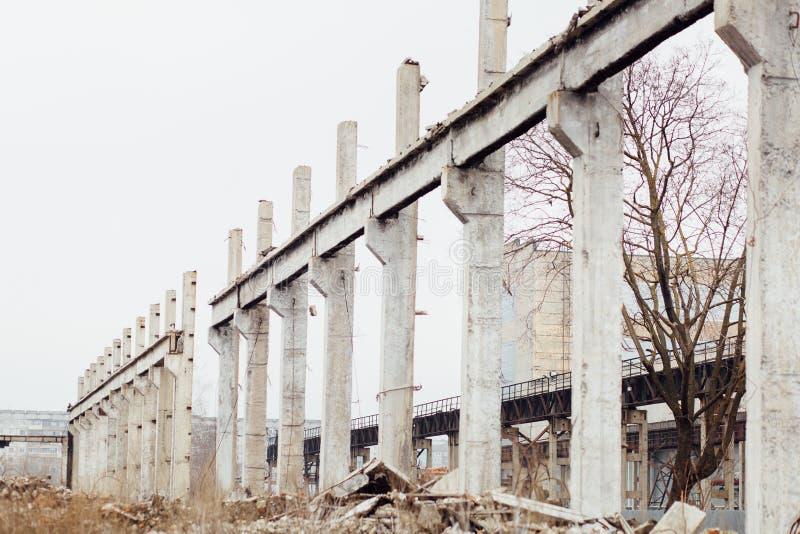 Fördärvar av ett övergett sovjetiskt ryskt industriellt skadat faktum royaltyfri bild