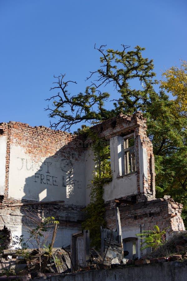 Fördärvar av ett bränt ner forntida hus Dnipro Ukraina, November 2018 royaltyfri fotografi