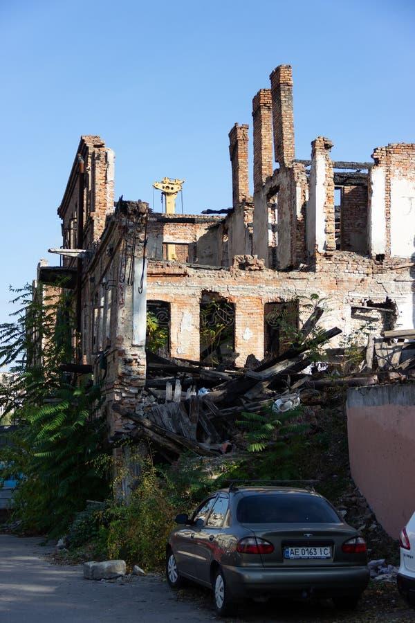 Fördärvar av ett bränt ner forntida hus i centret på den Troitska gatan royaltyfria foton