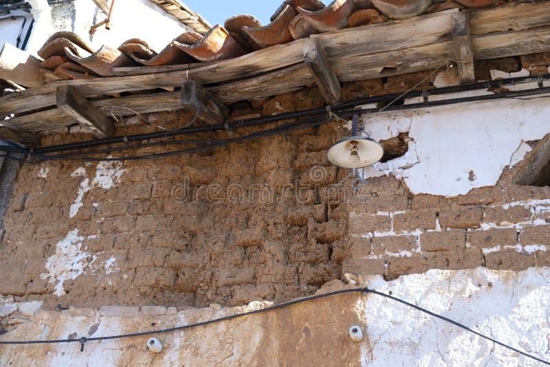 Fördärvar av ett gammalt byhus som göras av Adobend-trä royaltyfri bild