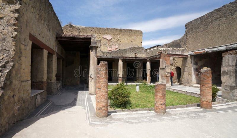 Fördärvar av ett hem i den forntida staden av Herculaneum arkivfoton