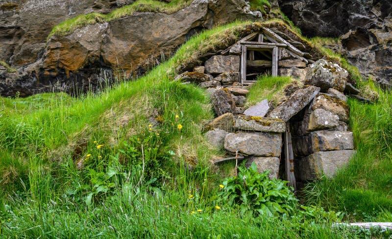 Fördärvar av ett traditionellt isländskt torvahus royaltyfri bild