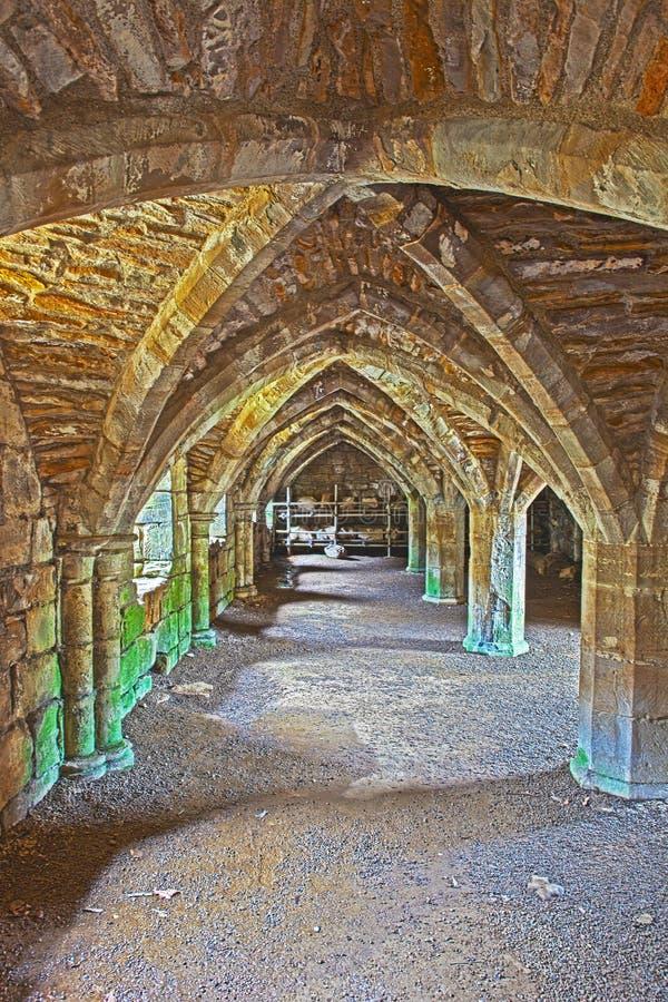 Fördärvar av Finchale priorskloster - fraterundercroften royaltyfria foton