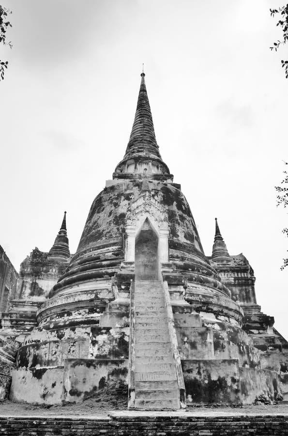 Fördärvar av forntida Ayutthaya i svartvita Thailand royaltyfri bild
