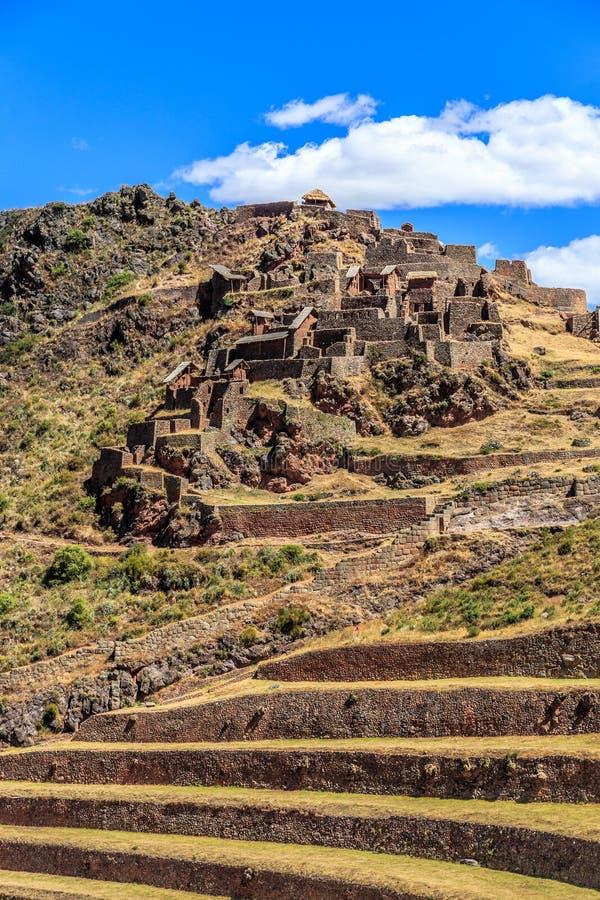 Fördärvar av forntida Incan citadell med terrasser på berget, P fotografering för bildbyråer
