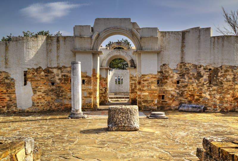Fördärvar av forntida kyrka royaltyfri bild